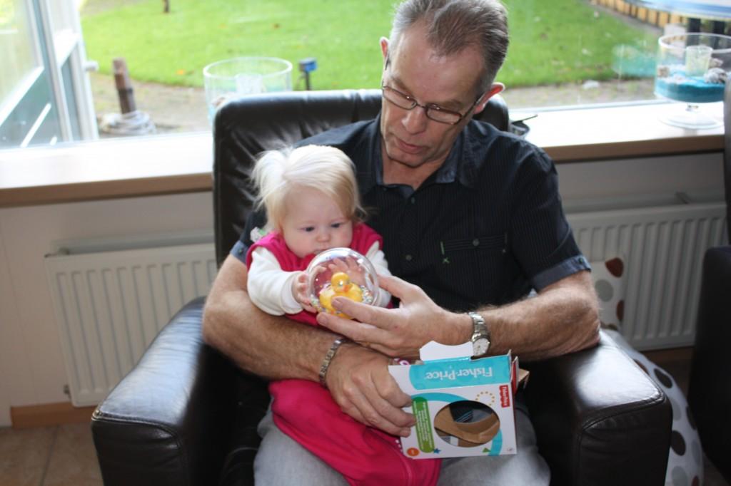 Samen met opa pak ik mijn cadeautje uit!